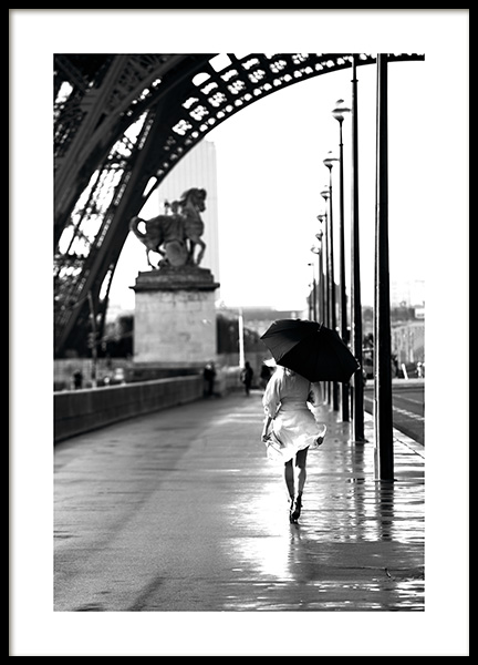 Walking in Paris Poster no grupo Posters  / Preto e branco em Desenio AB (11331)