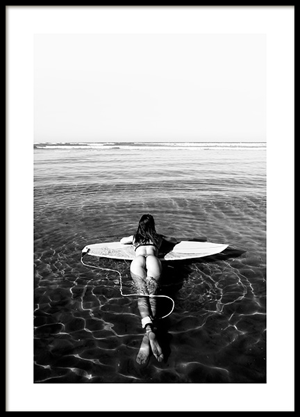 Floating on Surfboard Poster no grupo Posters  / Tamanhos / 50x70cm em Desenio AB (12651)